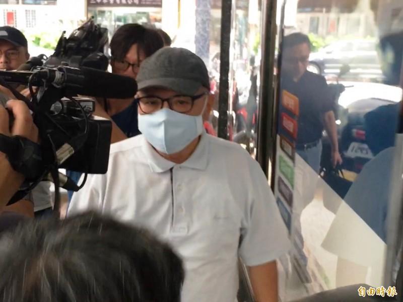 林錫山今早已向台北地檢署執行科報到執行,兩度向在場記者鞠躬,未發一語。(記者錢利忠攝)