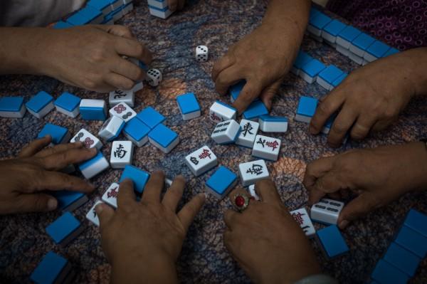 香港有名婦人,因為日前自己打麻將輸錢,竟唆使自己14歲的兒子揪人把錢搶回來,事後全數遭香港警方一網打盡。(歐新社)