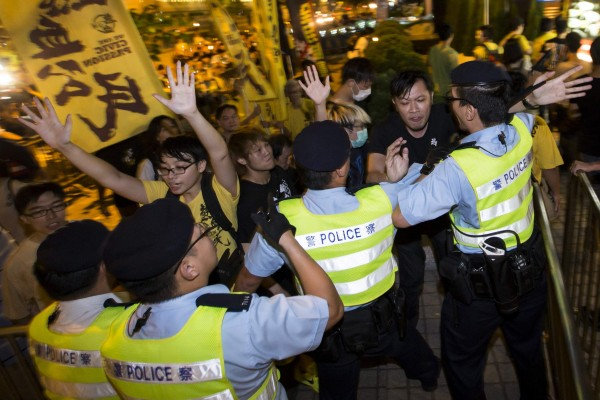 泛民主派團體「熱血公民」昨晚在李飛下塌的酒店示威抗議,但因部分成員行動過激,與警方爆發衝突,警方當場拘捕19人。(路透)