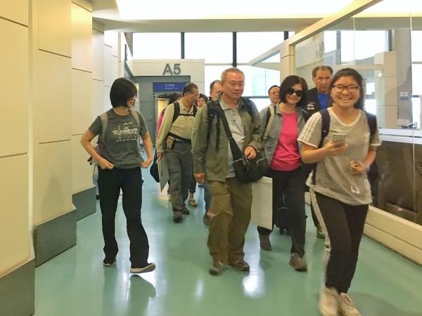 參與「2018肯亞動物大遷徒」旅行團的台灣遊客,在遭遇動物攻擊及車禍後,其中傷勢較輕的23名團員,14日搭機返台,團員表示,回到台灣才鬆了一口氣。(中央社)