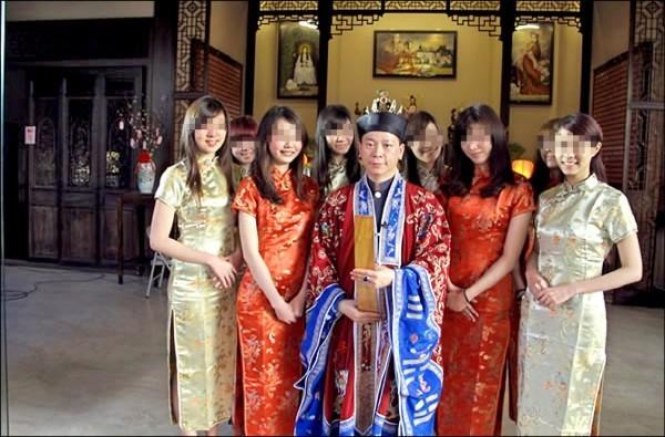 朱峰靖曾是命理節目固定老師,經營的命理官網上放有不少法會的照片。(翻攝自網路)