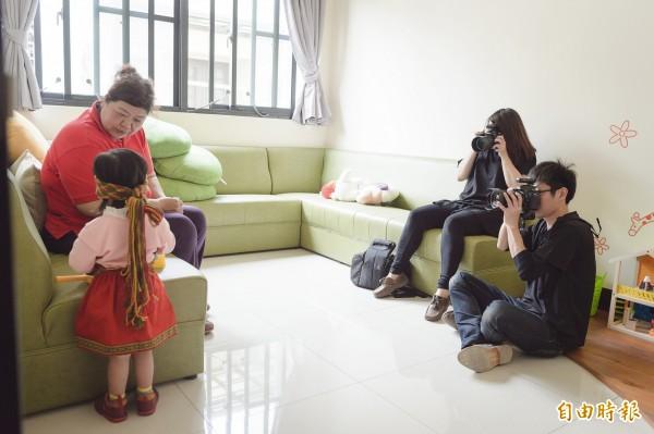 為屏東家扶寄養寶寶留下童年身影,愛心攝影師義務拍寫真。(記者羅欣貞攝)