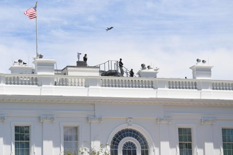 由於白宮上空是禁飛區,因而很少有飛機飛過,這次飛行演出相當罕見。(法新社)