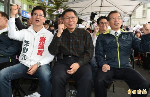 李慶元(左)競選總部成立,柯文哲(中)和前行政院長謝長廷(右)出席力挺。(記者廖振輝攝)
