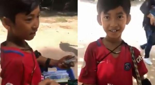 1名口操8國語言的柬埔寨小男孩對女遊客兜售紀念品,語言能力相當驚人。(圖擷取自YouTube)