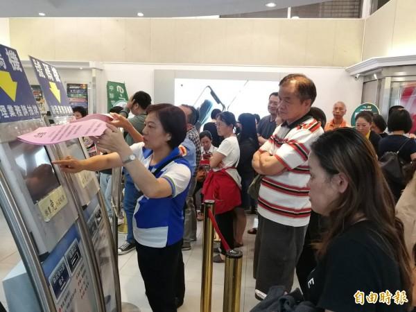 中華電信推出499元4G吃到飽方案,引起民眾排隊搶辦。圖中人物非新聞事件當事人。(資料照)