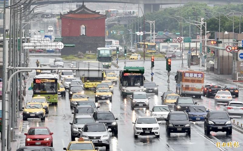 受到華南雲系持續影響,今全台降雨機率仍偏高。(資料照)