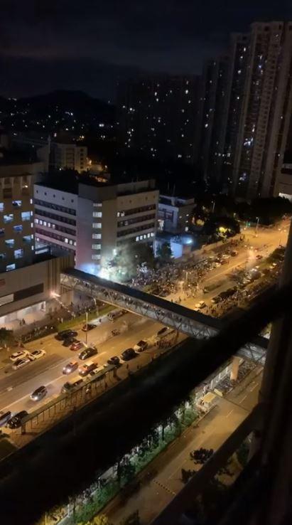 天水圍警署外煙火四射。(圖取自香港突發事故報料區臉書影片)