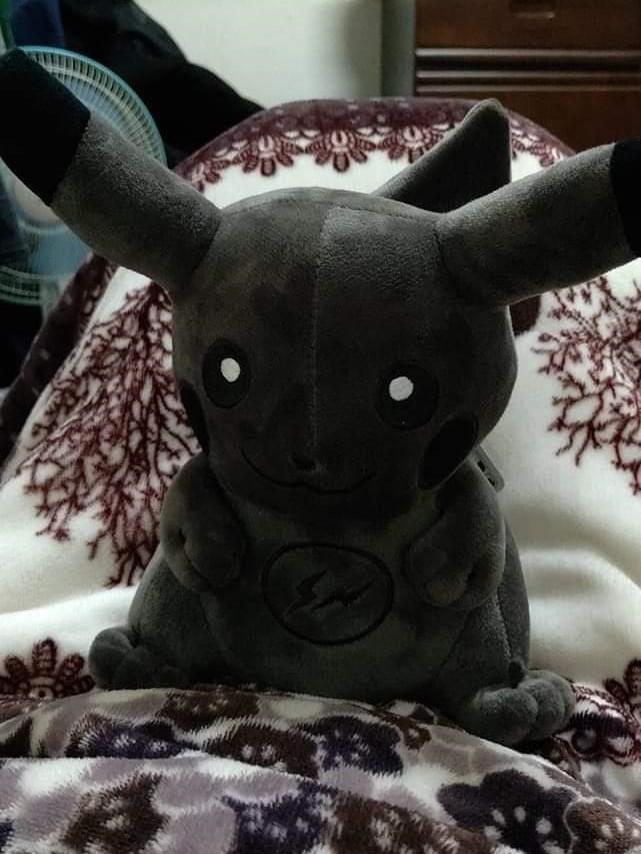 皮卡丘玩偶呈現灰灰髒髒的樣子,只剩下清晰的眼白。(圖擷取自爆笑公社)