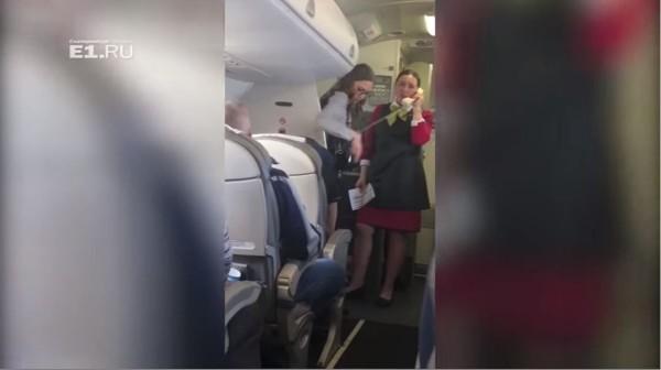機艙內的高溫讓不少遊客感到不適,直呼根本是地獄飛行。(圖擷自YouTube)