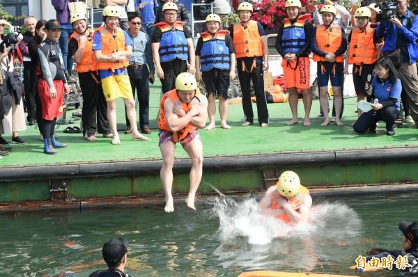 高雄市觀光局長潘恆旭、台北市議員鍾小平,中午率先跳愛河,提前試個水溫,對此作家苦苓批,「無聊至極」。(記者張忠義攝)