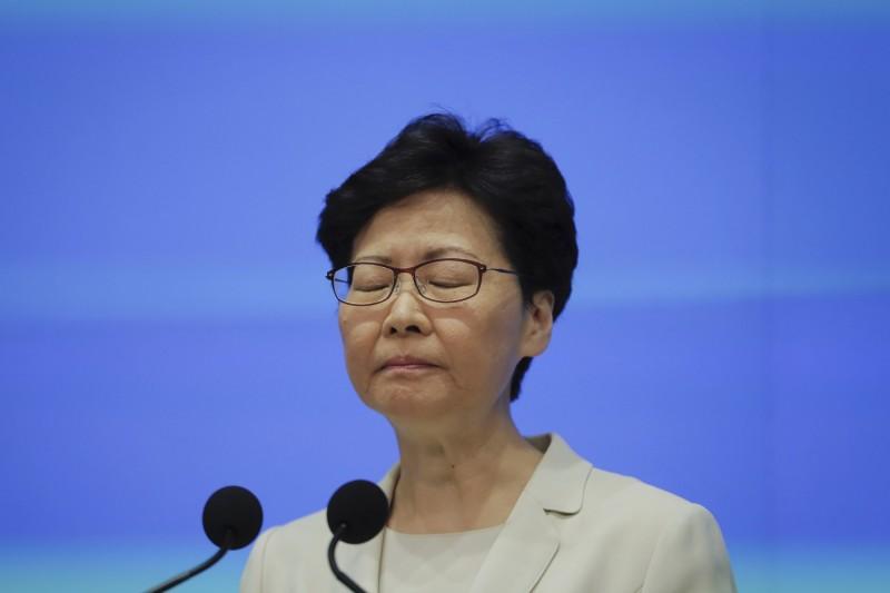 最新民調顯示,處理「反送中」事件不當而備受抨擊的林鄭月娥,最新評分暴跌到32.8分,創下香港歷任特首最低紀錄。(美聯社)
