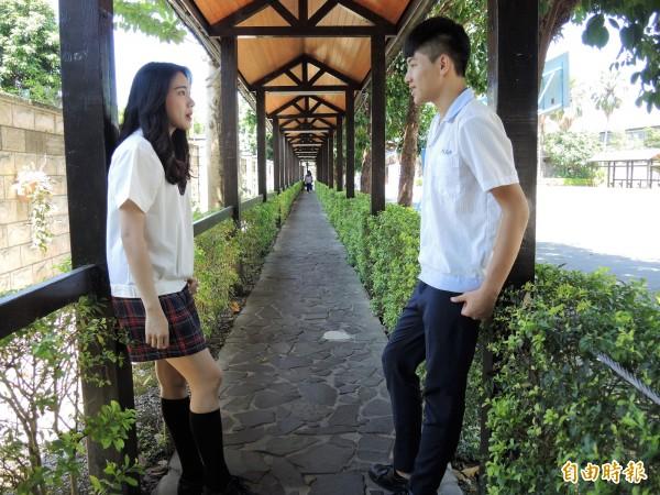 學生都很喜歡學校的制服,活潑不落俗套。(記者翁聿煌攝)