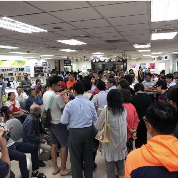 電信業者推出499吃到飽限時方案吸引大批人潮,許多員工卻被迫每天超時工作,台南市勞工局今持續勞檢,又發現業者違法事證。(資料照)