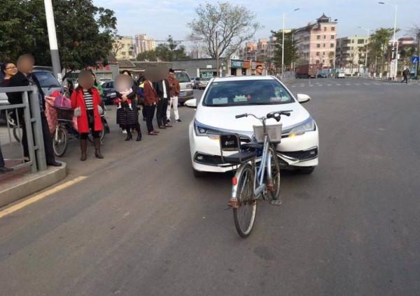 自行車與小客車對撞,腳踏車明顯勝出。(圖擷取自微博)