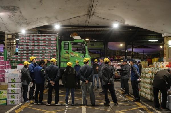 吳音寧晚間在臉書發文,北農基層人員不論颱風還是寒流,或是炎炎夏日,都是辛苦的工作著,但「勞動條件有待改善」,才會請公司研擬提出負責任的調薪方案。(圖擷自臉書)