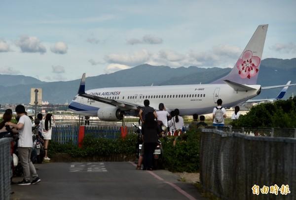 對喜歡拍攝松山機場飛機起降的航空迷來說,台北市濱江街180巷可說是必去的景點,因為該處可以清楚拍到機腹,加上飛機起降的聲音,更有臨場感。(資料照)