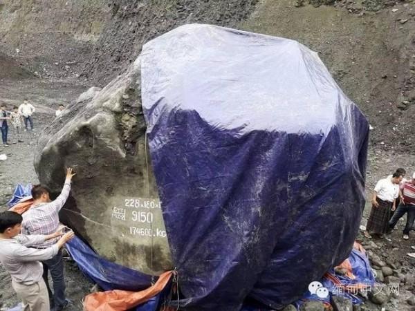 緬甸發現巨大玉石原礦,重達200公噸。(翻攝自緬甸中文網)