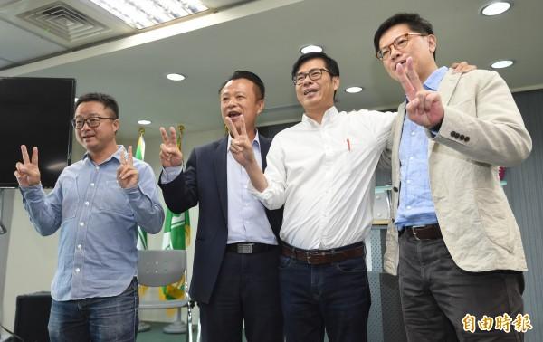 民進黨高雄市長候選人陳其邁(右二)6日舉行 「責任篇」獨白影片發表會,以往野百合學運的老戰友羅文嘉(左一)、周奕成(右一)及翁章梁(左二)均到場支持鼓勵。(記者劉信德攝)