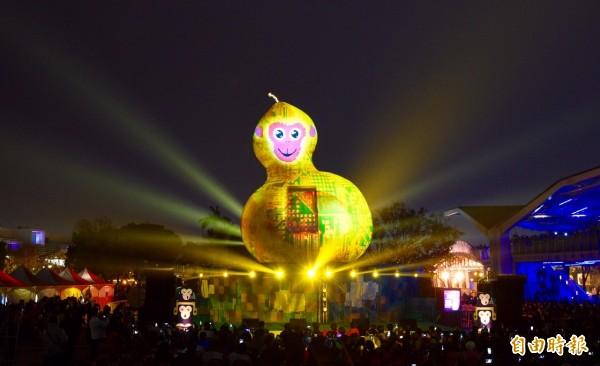 福祿猴正式點亮,長達7分鐘的光雕秀也首度完整曝光。(記者羅沛德攝)
