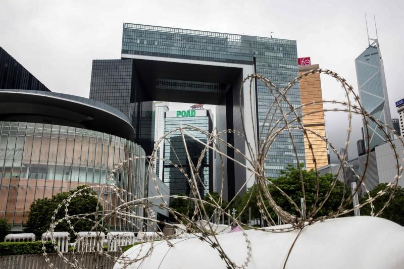 香港立法會今恢復國歌法草案二讀,會外拉出封鎖線。(法新社)