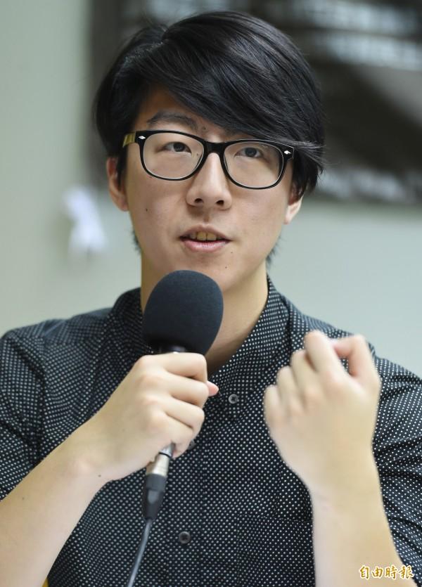 黑色島國青年陣線與民主鬥陣等社運團體,今早7點在陸委會門口召開記者會表示,堅決反對台灣加入以中國主導的亞投行。圖為民主鬥陣副召集人吳崢。(資料照,記者張嘉明攝)