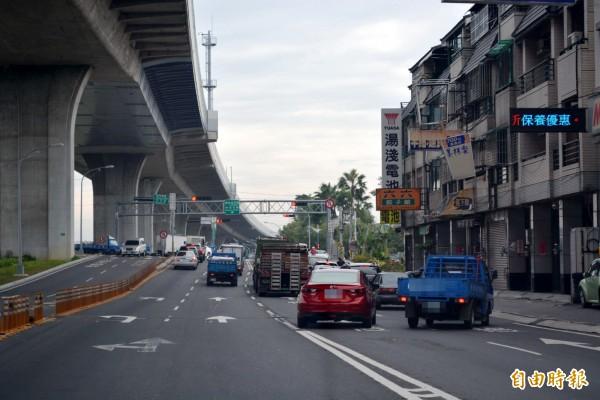 台74線快速道路大里德芳南路匝道,市府交通局近日拆掉防撞桿開放右轉,因車流疏散加快,讓塞車情況大幅改善。(記者陳建志攝)