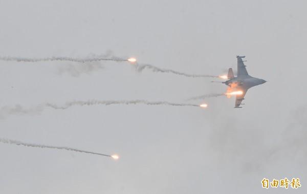 F16發射熱焰彈。(記者劉信德攝)