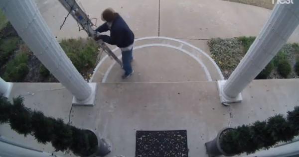 許多路人以為屋頂上掛著的假人是真的,甚至有熱心民眾跑到梯子前面,試圖將假人救下來,救人未果還撥打911求救。(圖擷取自Facebook)