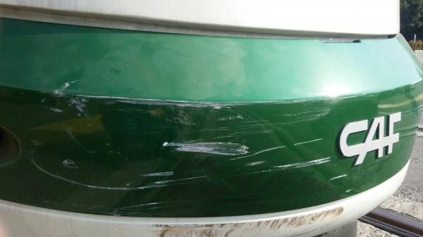 高雄輕軌今傳出第一起擦撞事故﹗一部自小客車轉彎通過輕軌路口時,不慎與測試中的輕軌列車發生擦撞,還好沒人受傷,輕軌與汽車則是各自「掉漆」,責任由警方釐清。(照片讀者提供)