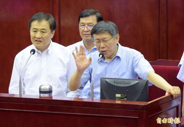 台北市長柯文哲(前右)、北農董事長陳景峻(前左)、工務局長彭振聲(後)30日赴市議會接受市政總質詢。(記者黃耀徵攝)