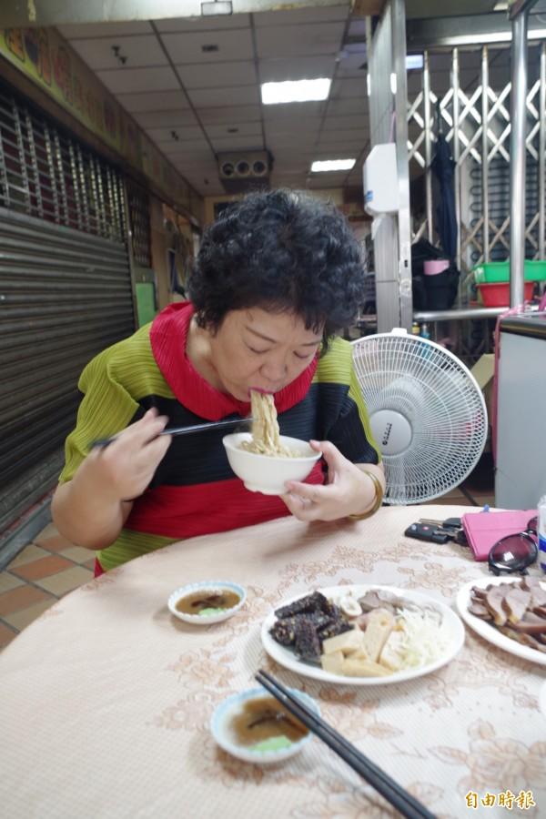 嘉義市文化里長陳淑娥也是店裡熟客。(記者王善嬿攝)