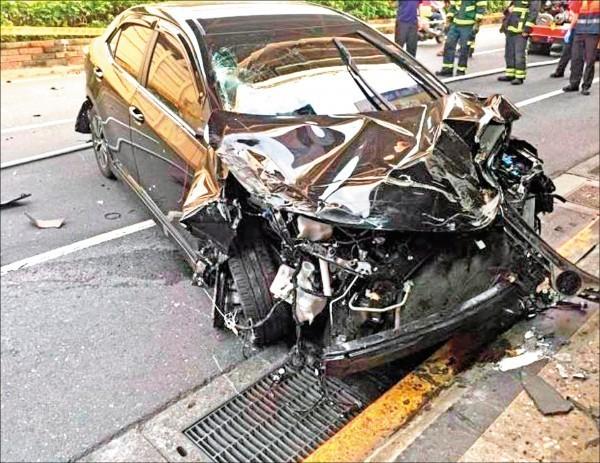 肇事車頭也撞得稀爛,可見撞擊力量之大。(記者劉慶侯翻攝)