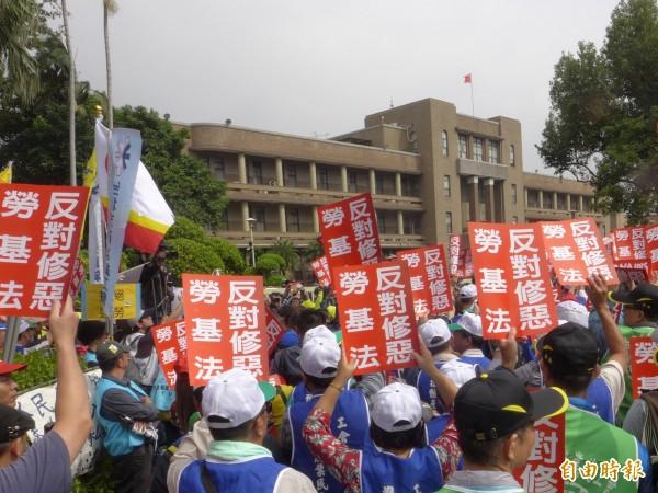 勞基法修法,各個團體日前在行政院外抗議。(資料照,記者李雅雯攝)