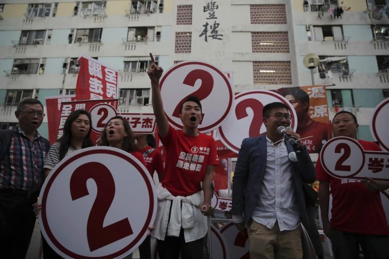 香港2019區議會選舉今(24)日登場,選舉未結束投票率已突破歷史新高,選舉結果將對香港政治產生重大影響。圖為香港民陣召集人岑子杰(中)。(美聯社)