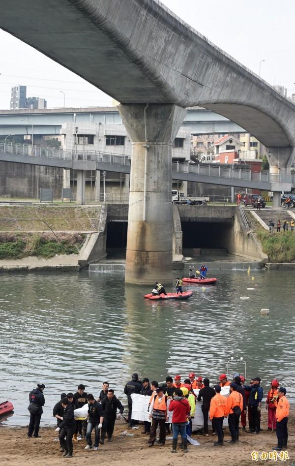 復興空難第8天,南湖大橋下發現2位罹難者及飛機座椅。(資料照,記者王敏為攝)