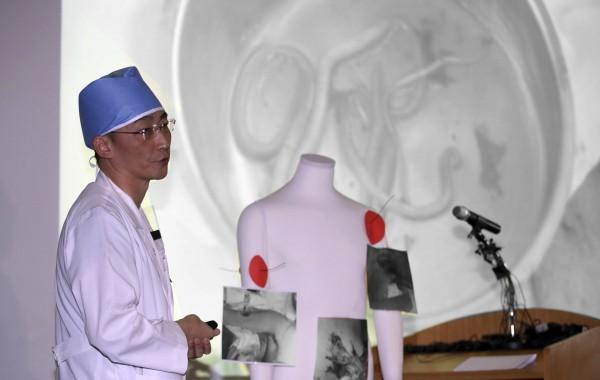 脫北士兵主治醫師李國鐘回憶,當時傷者的身體就像個「破瓶子」,還有寄生蟲不斷從腸道傷口鑽出。(美聯社)