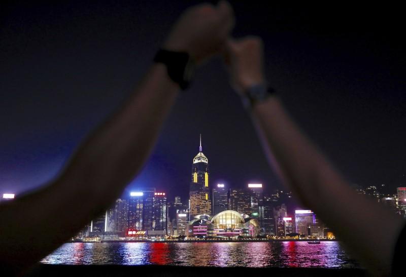 23日晚間8時至9時,港人們牽手組成約40公里長的人鏈。(美聯社)