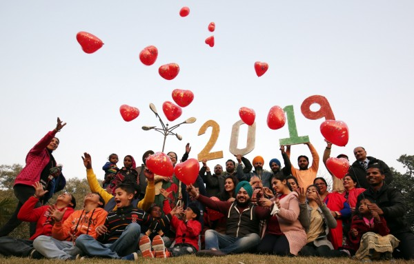 印度民眾準備氣球迎接2019。(路透)