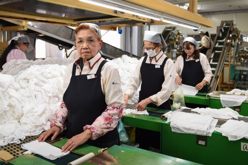 日本高齡化世界第一,又有嚴重的少子化問題,現年78歲的老太太(圖)在75歲時仍到工廠應徵,目前已工作3年,此情此景恐成日本的常態。(彭博)