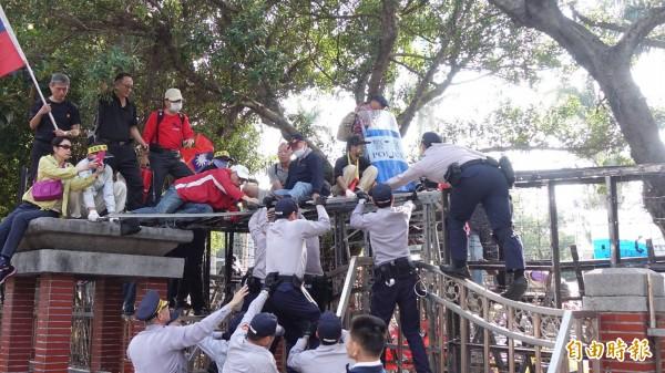 800壯士試圖闖入立法院。(記者劉信德攝)