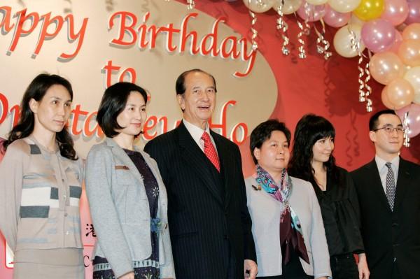 「澳門賭王」何鴻燊(左3)退休,二房次女何超鳳(左1)接棒。左2為二房長女何超瓊、右3為二房3女何超蕸、右2為二房幼女何超儀、右1為二房獨子何猷龍。(路透)