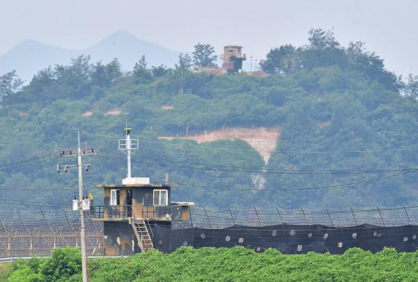 南韓軍事哨站(下)和北韓的軍事哨所(上),隔著鐵絲網對網。目前局勢相當緊張。(法新社)