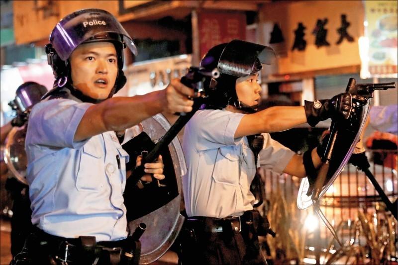 香港網友25日在新界荃灣、葵涌、青衣等區發動遊行和集會,警方首度出動水砲車和裝甲車,並向示威者舉槍開火!這是反送中抗爭以來,首次有員警以實彈向示威者開槍。(路透)