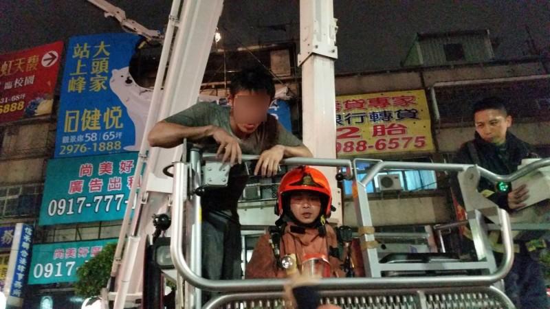消防人員連忙布水線進入火場救援,也派出雲梯車灌救,並將逃生民眾救下。(民眾提供)