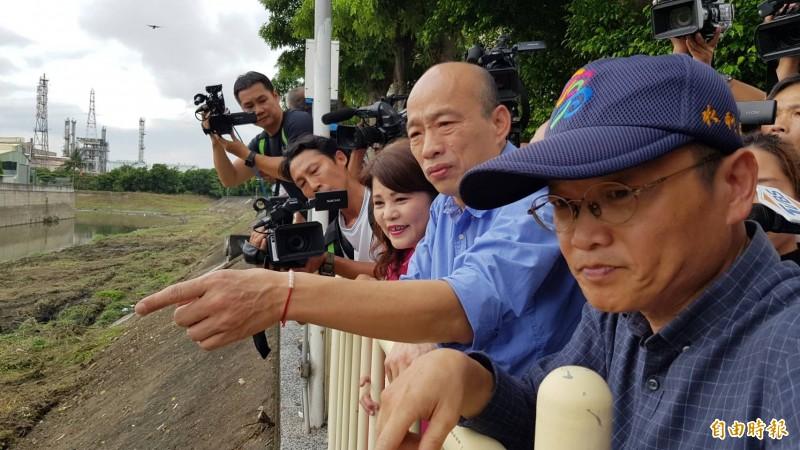 高雄市長韓國瑜前陣子視察清疏工程。(資料照,記者陳文嬋攝)