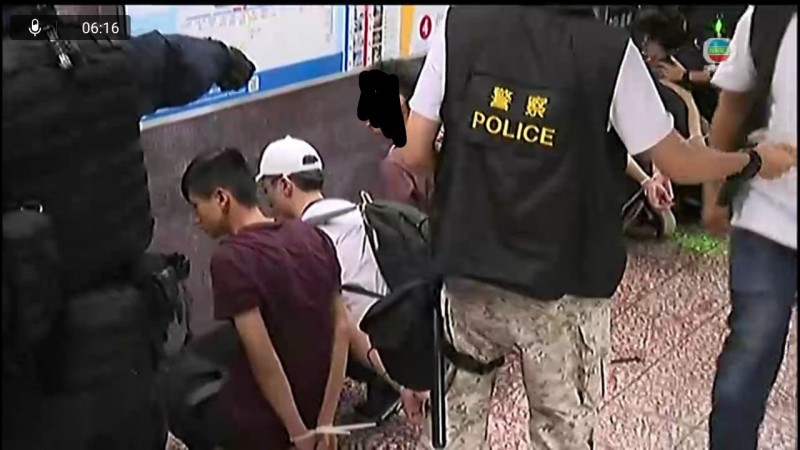 警察向太子站內發射胡椒噴霧,用警棍追打市民,多人被捕。(圖擷取自TG_實時現場新聞直播)