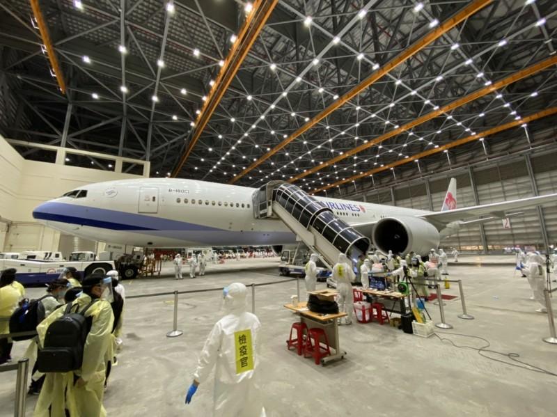 搭乘類包機旅客在台飛維修棚廠進行檢疫通關情形。(民眾提供)