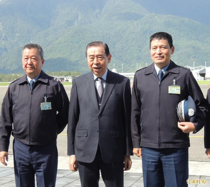 副總長胡開宏中將(左)將接任漢翔公司董事長。(資料照)