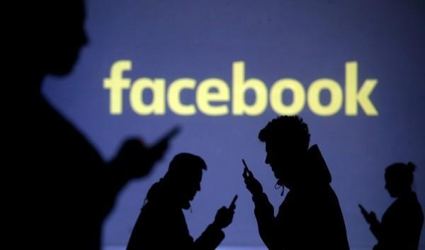 Facebook已開放3D相片給用戶們體驗,許多人常低頭滑Facebook。(路透)